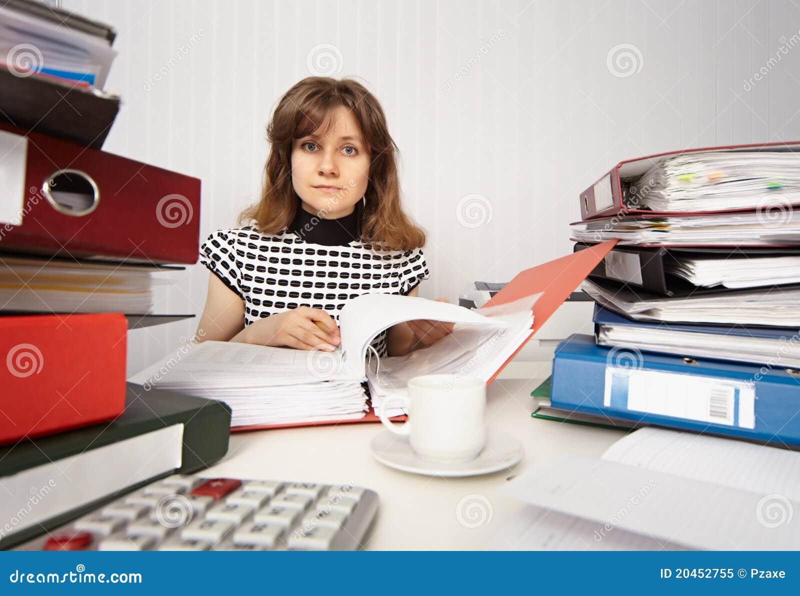 Contabilista fêmea muito ocupado no escritório