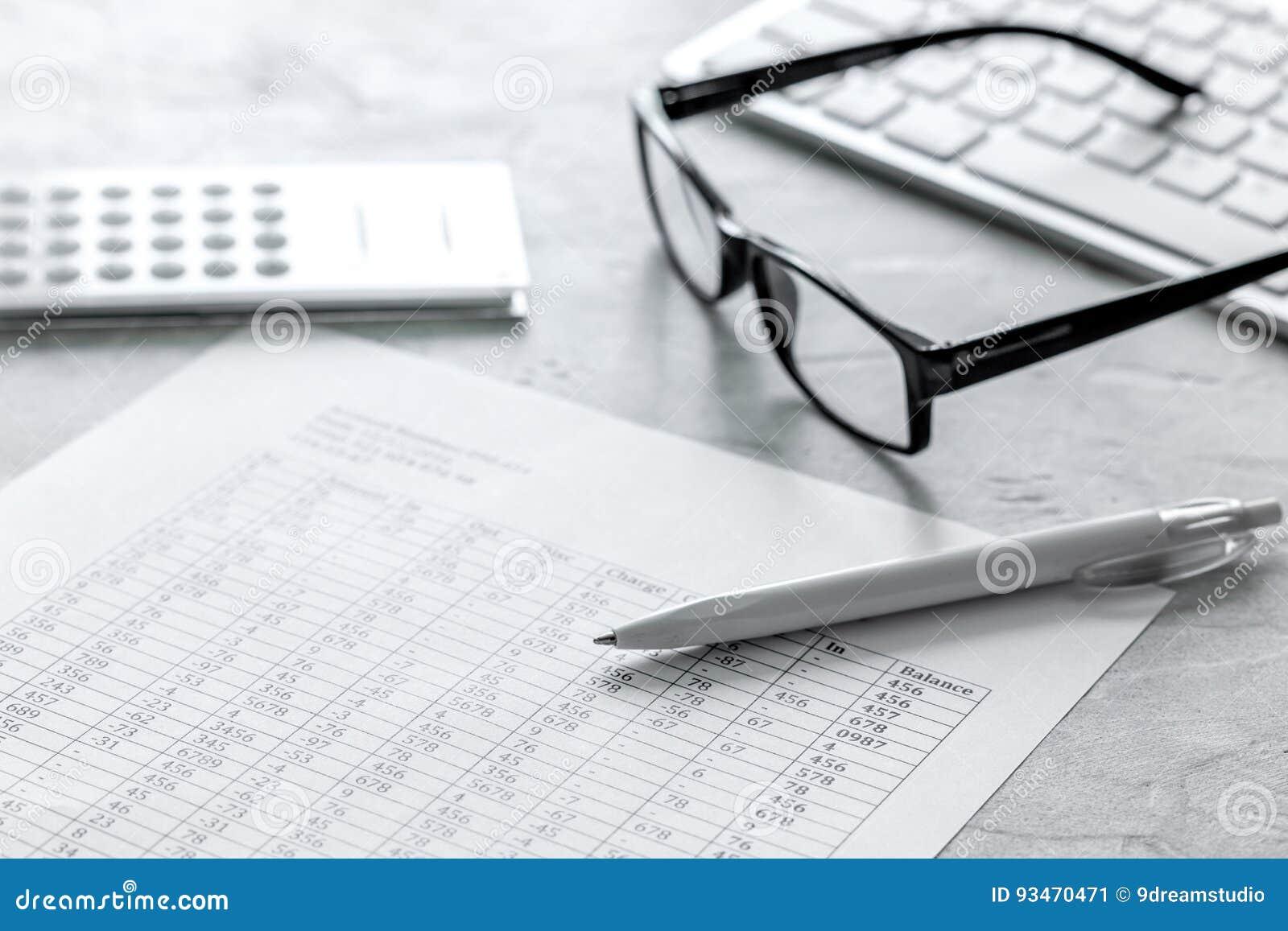 Contabilità di imposte con il calcolatore nell area di lavoro dell ufficio sulla vista superiore del fondo di pietra dello scritt