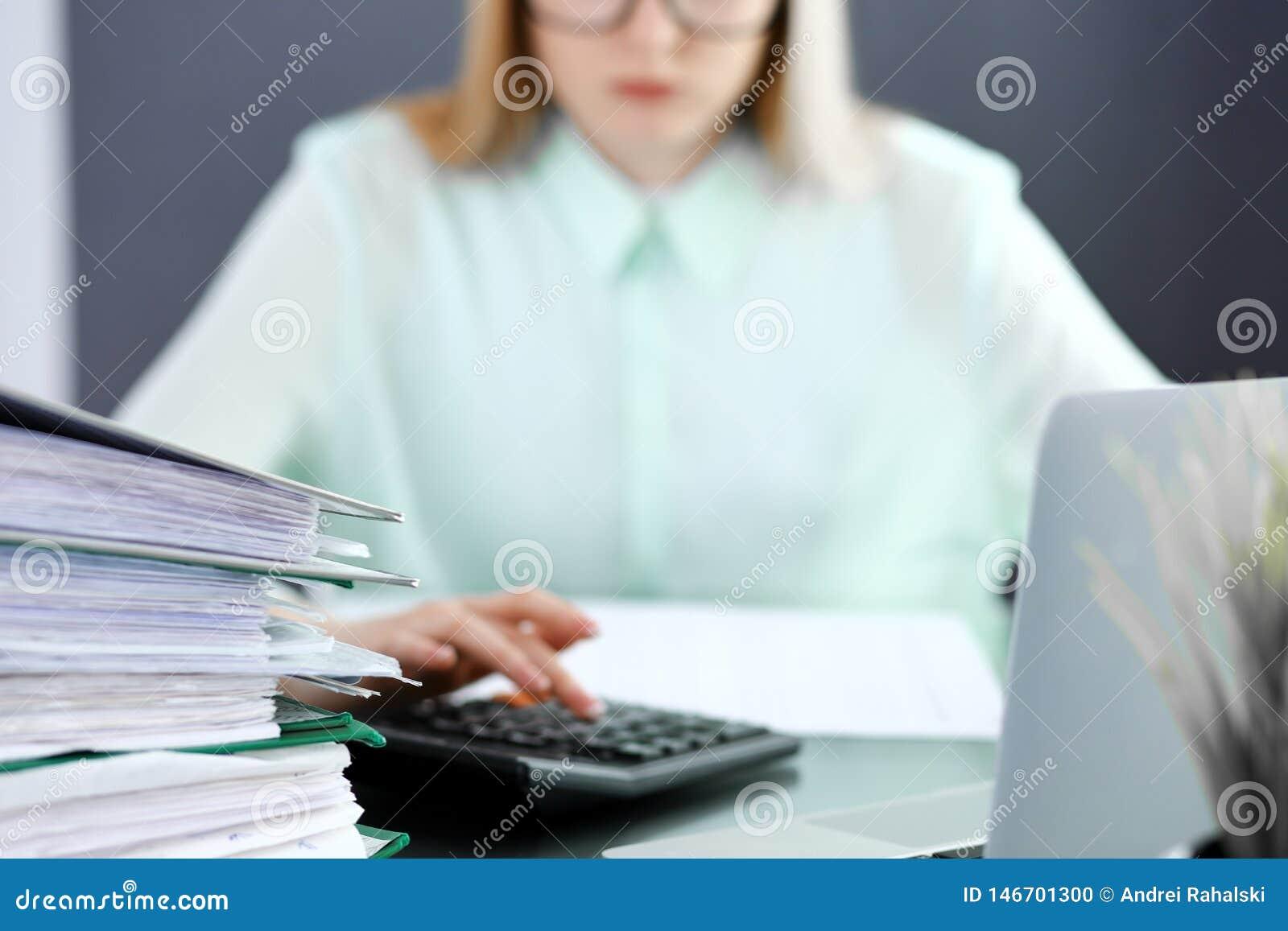 Contable o inspector financiero que hace informe, calculando o comprobando la balanza Concepto del servicio de la auditor?a y del
