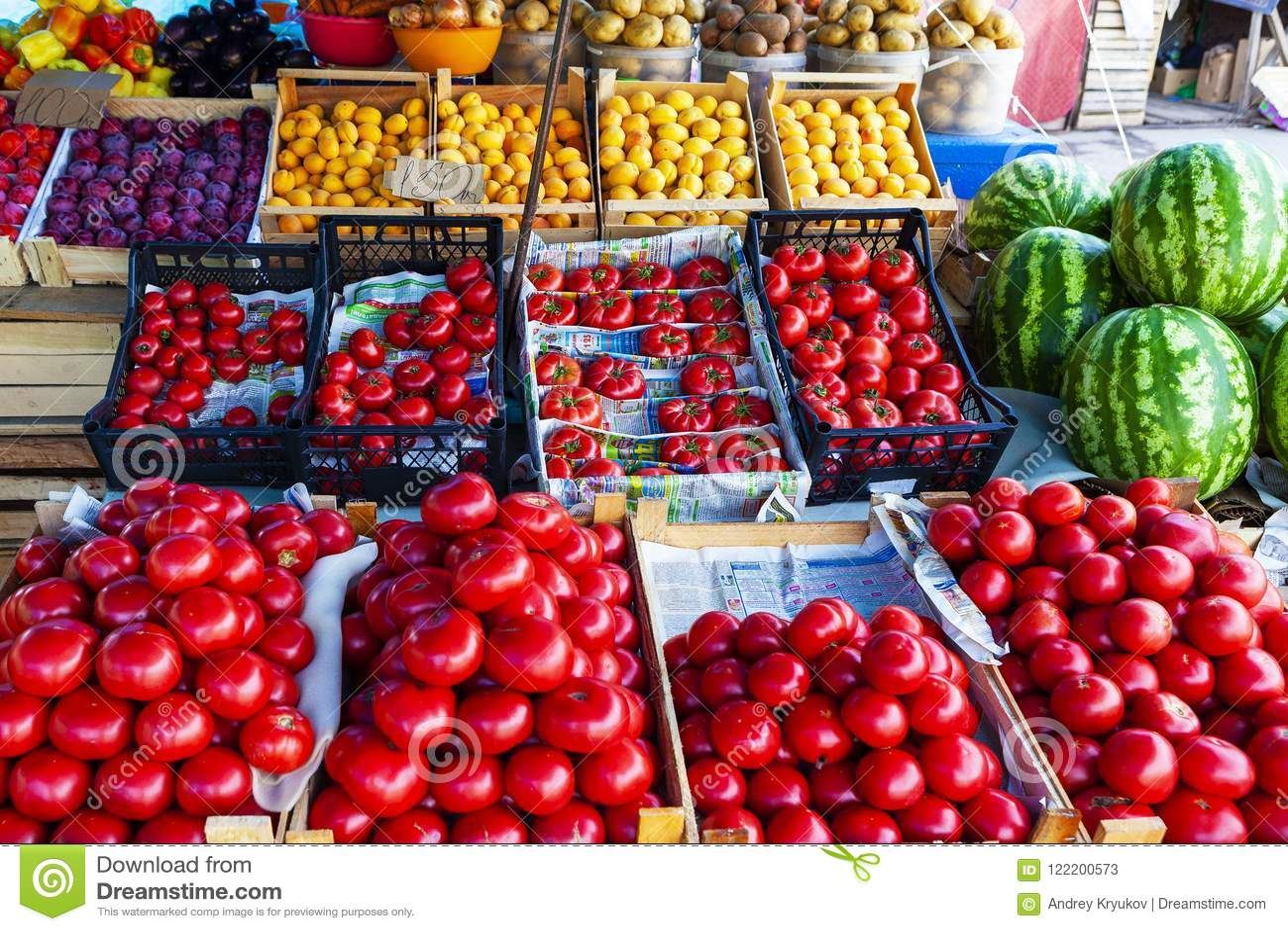 Contador de la tienda de la fruta y verdura de la calle con los cajones
