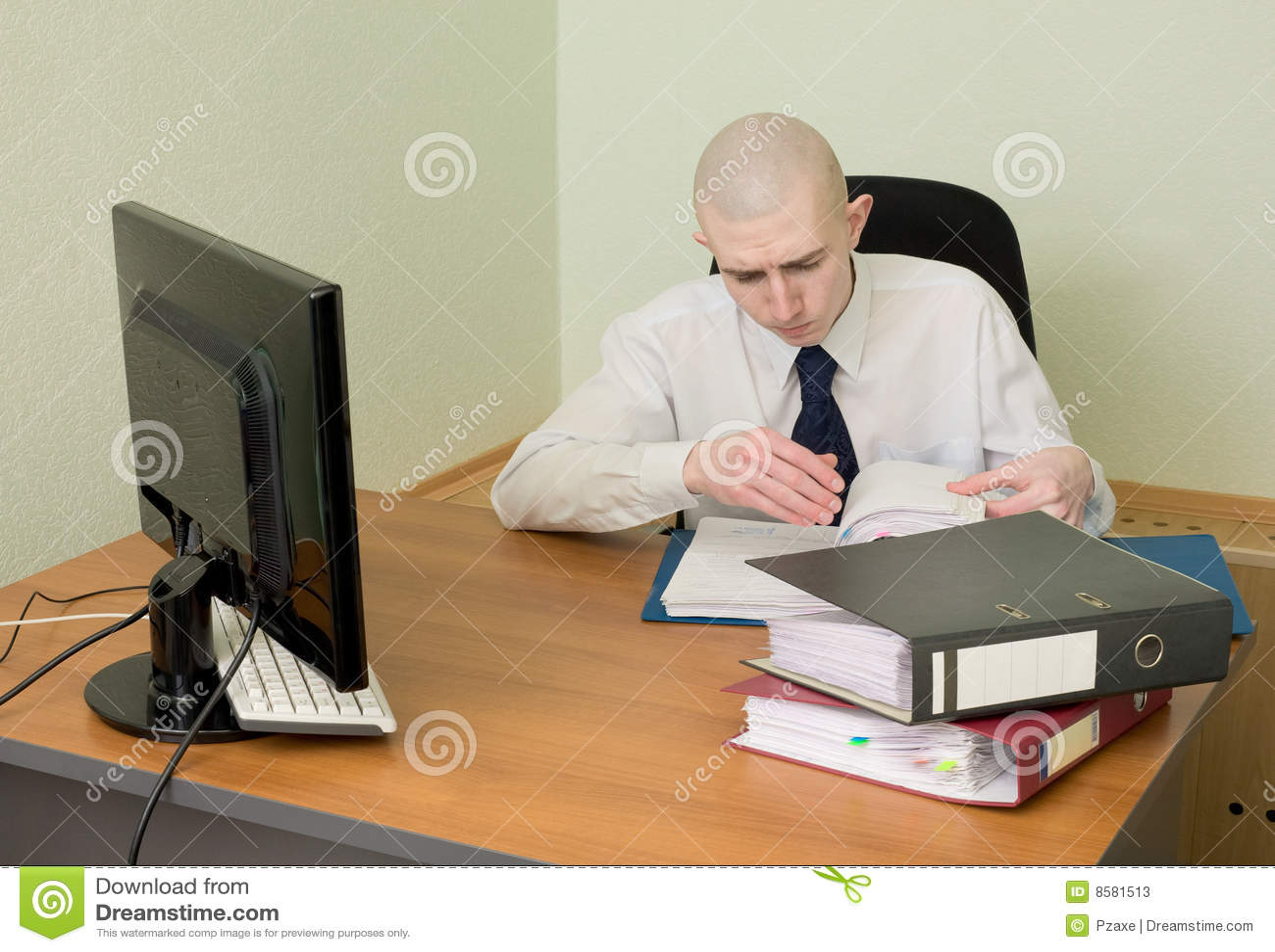 Contador en un lugar de trabajo en la oficina fotos de for Imagenes de oficina de trabajo