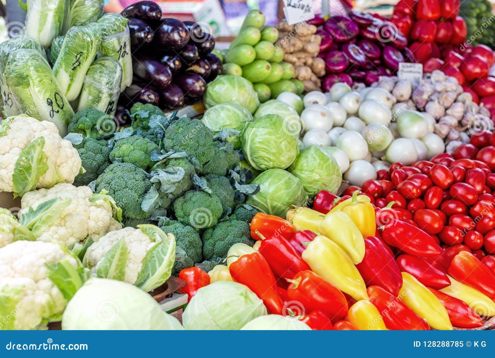 Contador vegetal do mercado do fazendeiro Montão colorido de vários vegetais saudáveis orgânicos frescos na mercearia Alimento na
