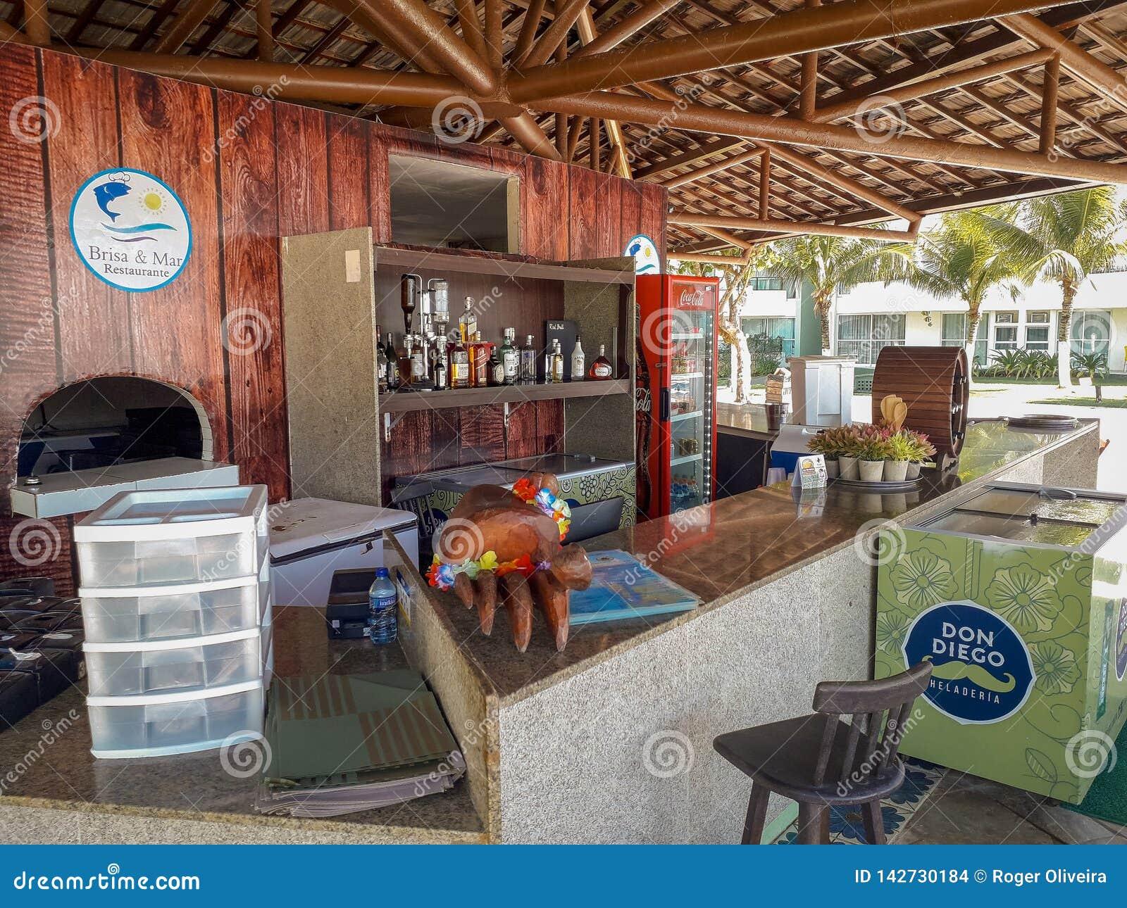 Contador y escritorio de la barra en el centro turístico plano, Oporto de Galinhas, el Brasil