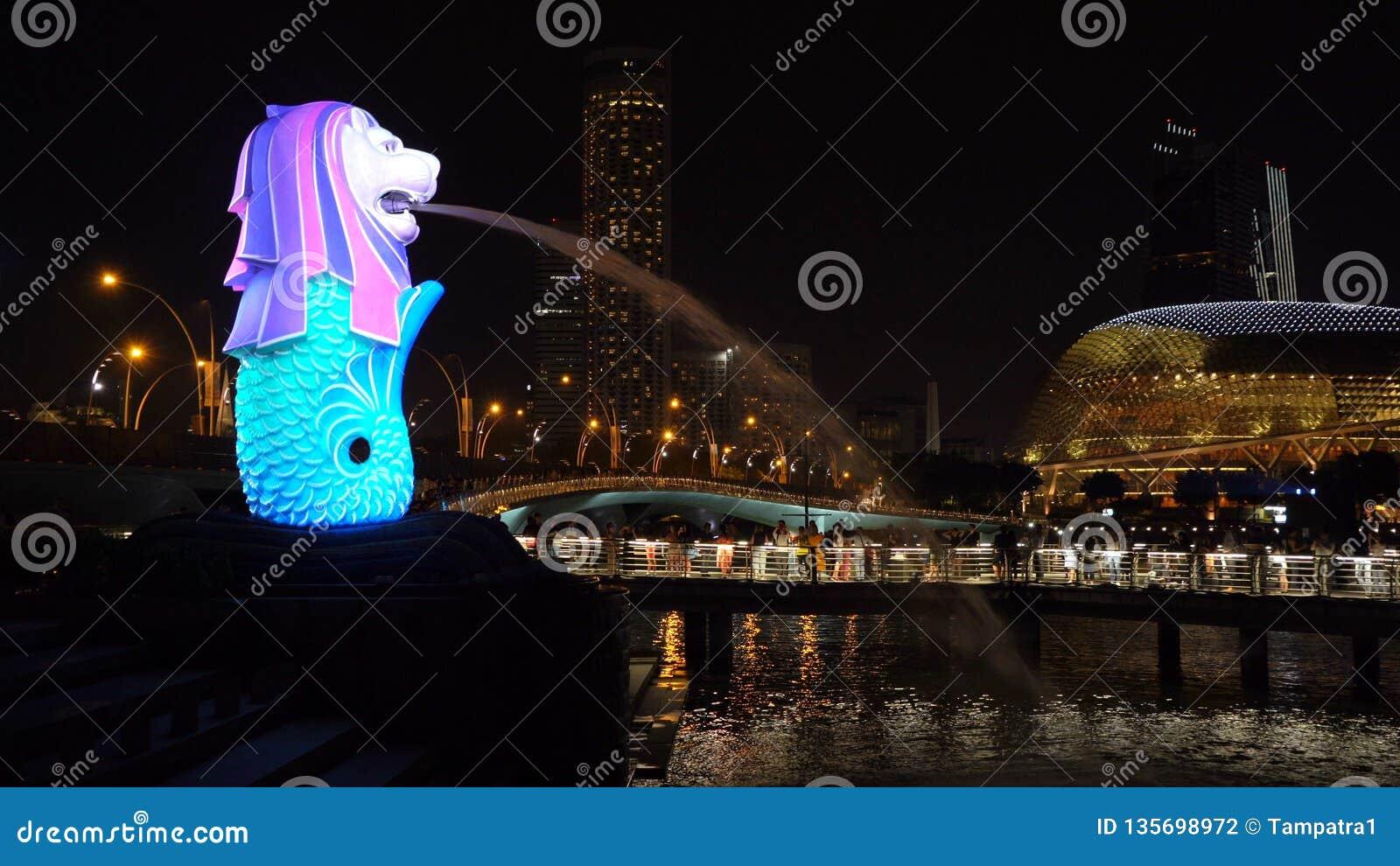 Contagem regressiva 2019 do ano novo em Merlion com luzes coloridas na cidade do centro de Singapura na noite com fundo das const