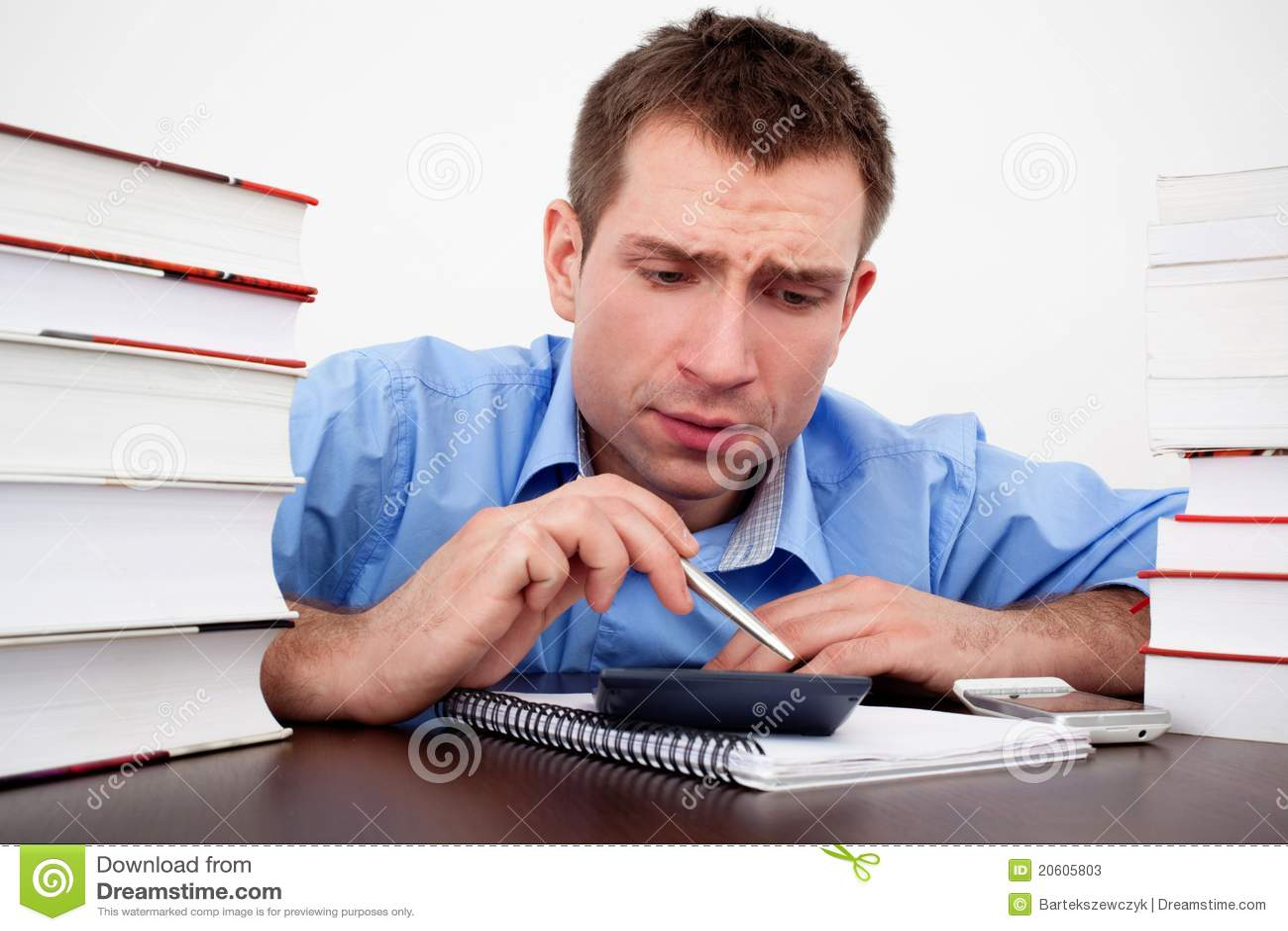 Contagem Scared do estudante masculino na calculadora