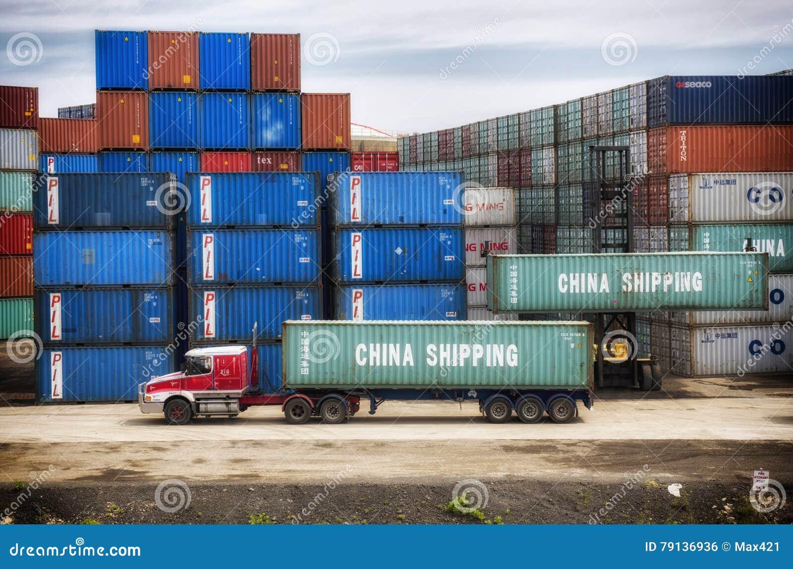 Container che caricano sul camion