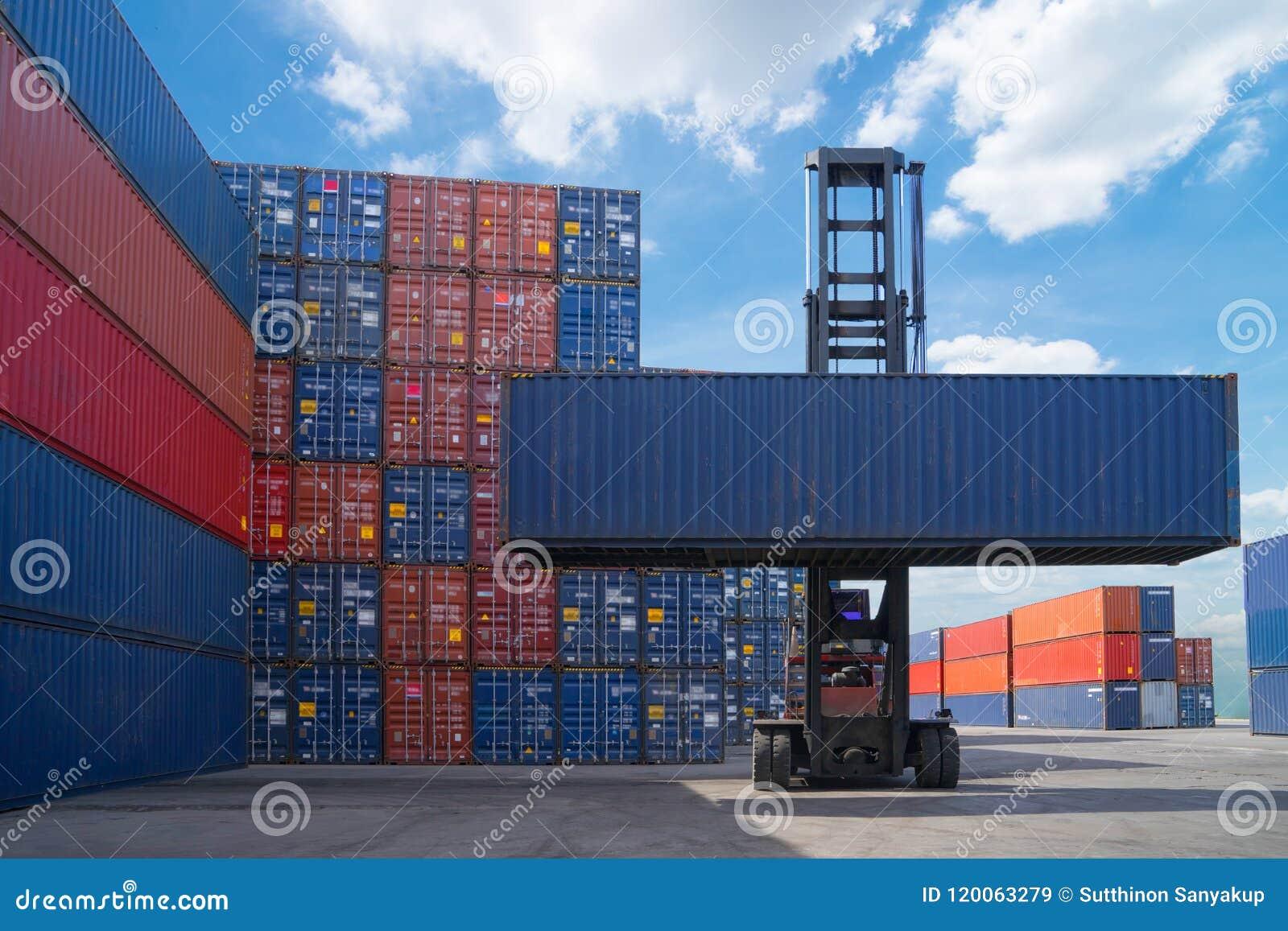 Container van de vorkheftruck de opheffende lading in het verschepen van werf of dokwerf tegen zonsopganghemel voor de vervoersin