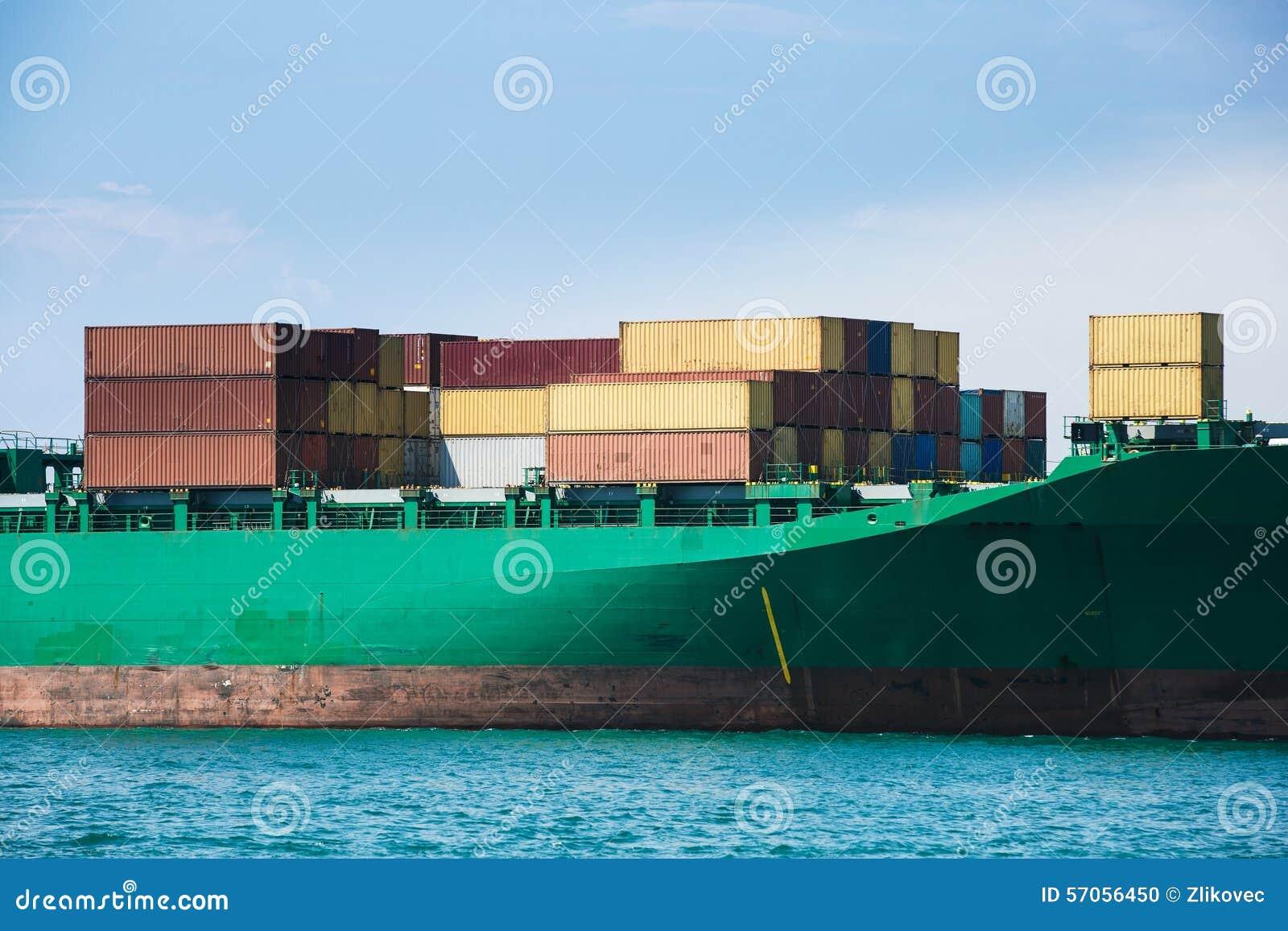 Containers op een vrachtschip worden geladen dat