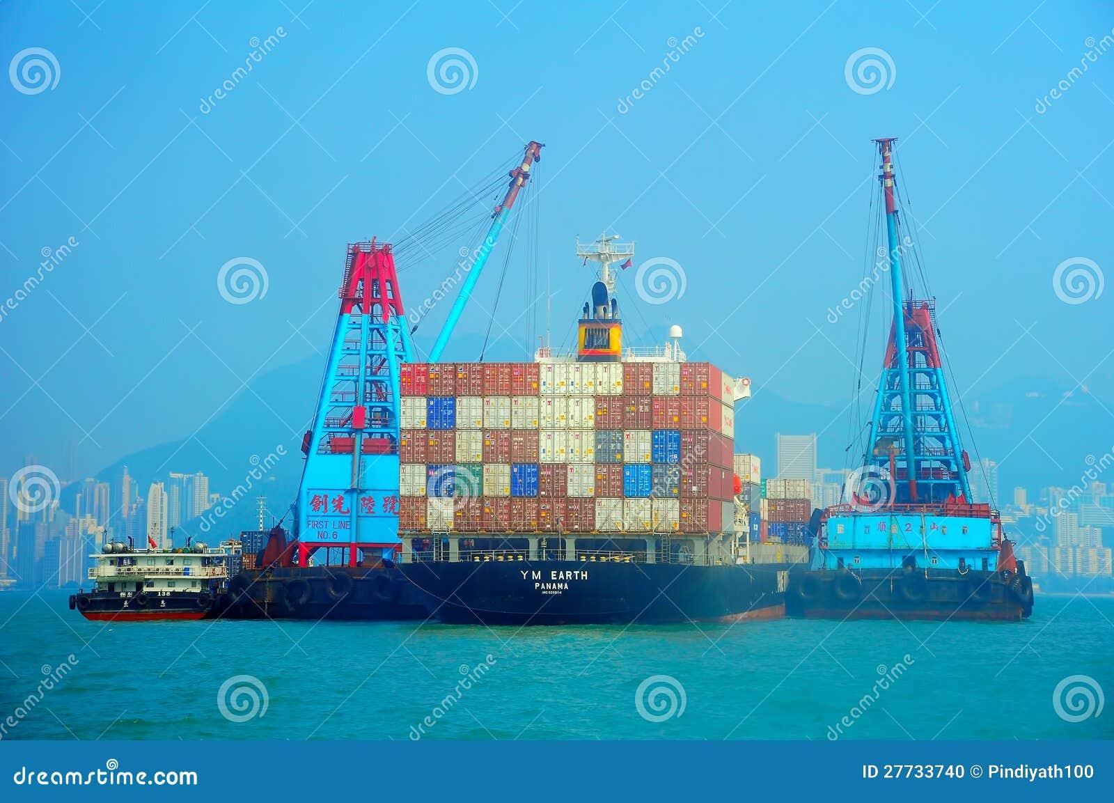 Containerschiff und Lastkähne
