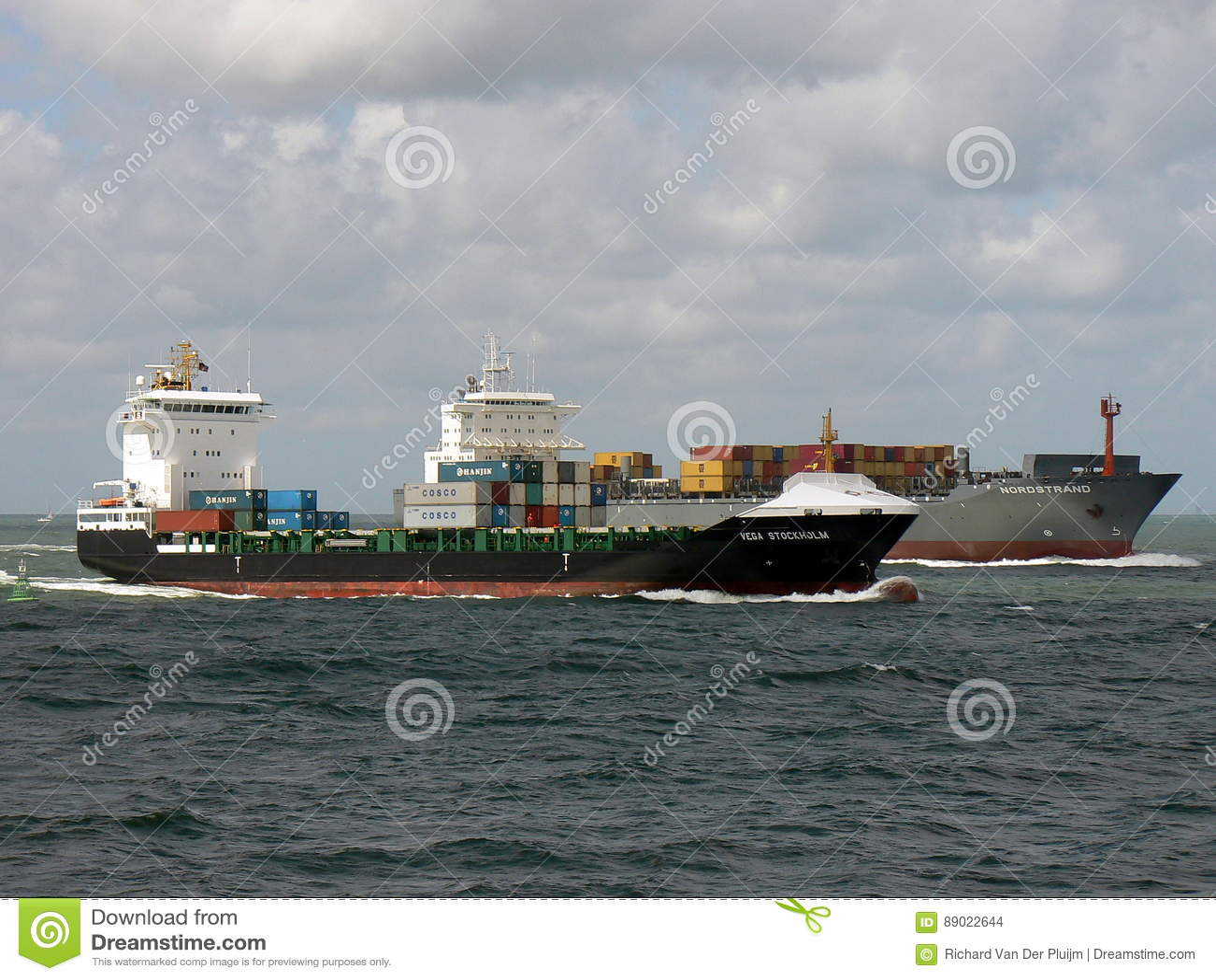 Containerschiffe, die in Richtung zum Hafen segeln
