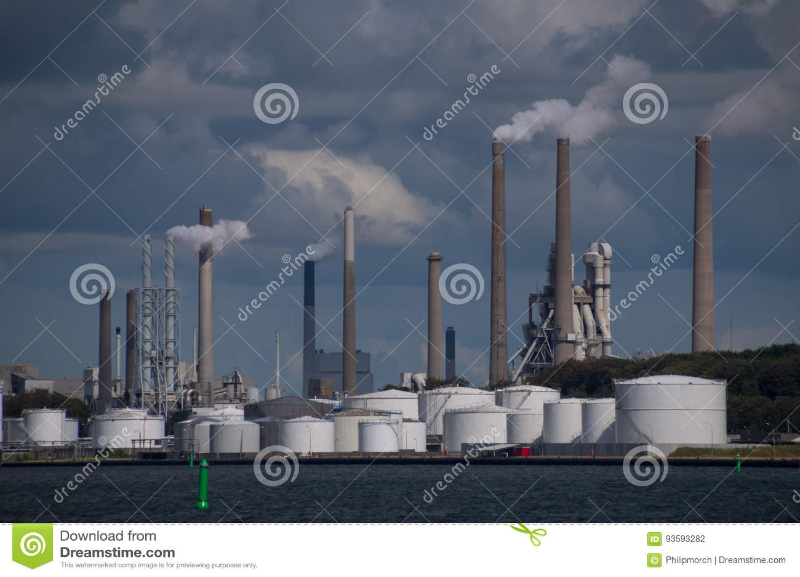 Contaminación atmosférica de las chimeneas en la planta de fábrica industrial