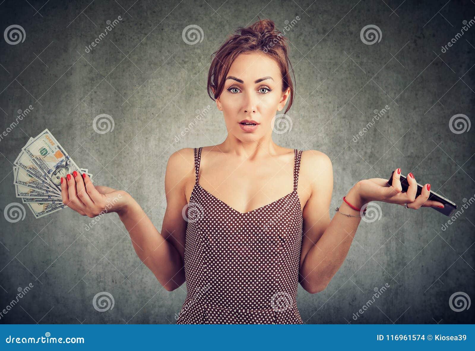 Contanti dispiaciuti del dollaro dello Smart Phone e dei soldi della tenuta della donna, insoddisfatti delle spese per i servizi