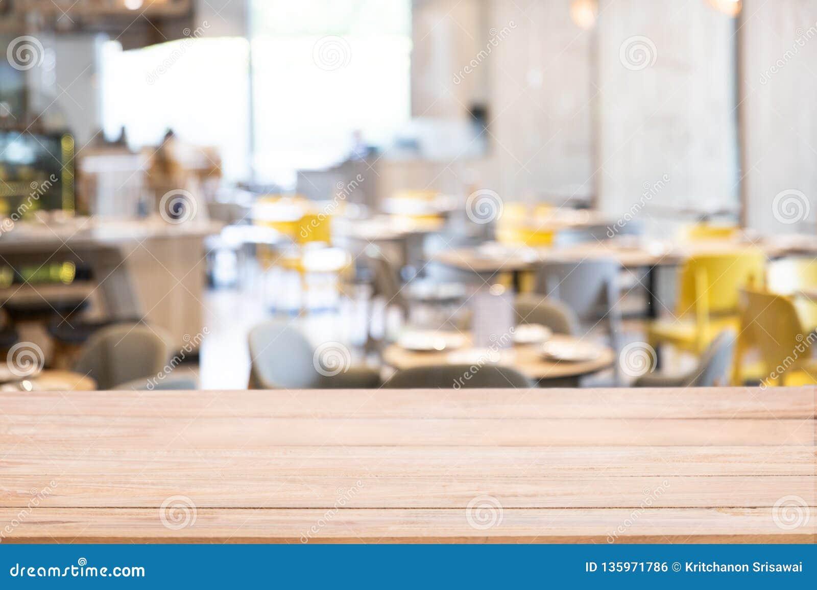 Contatore di legno del piano d appoggio con fondo defocused del fondo del ristorante, della barra o del self-service