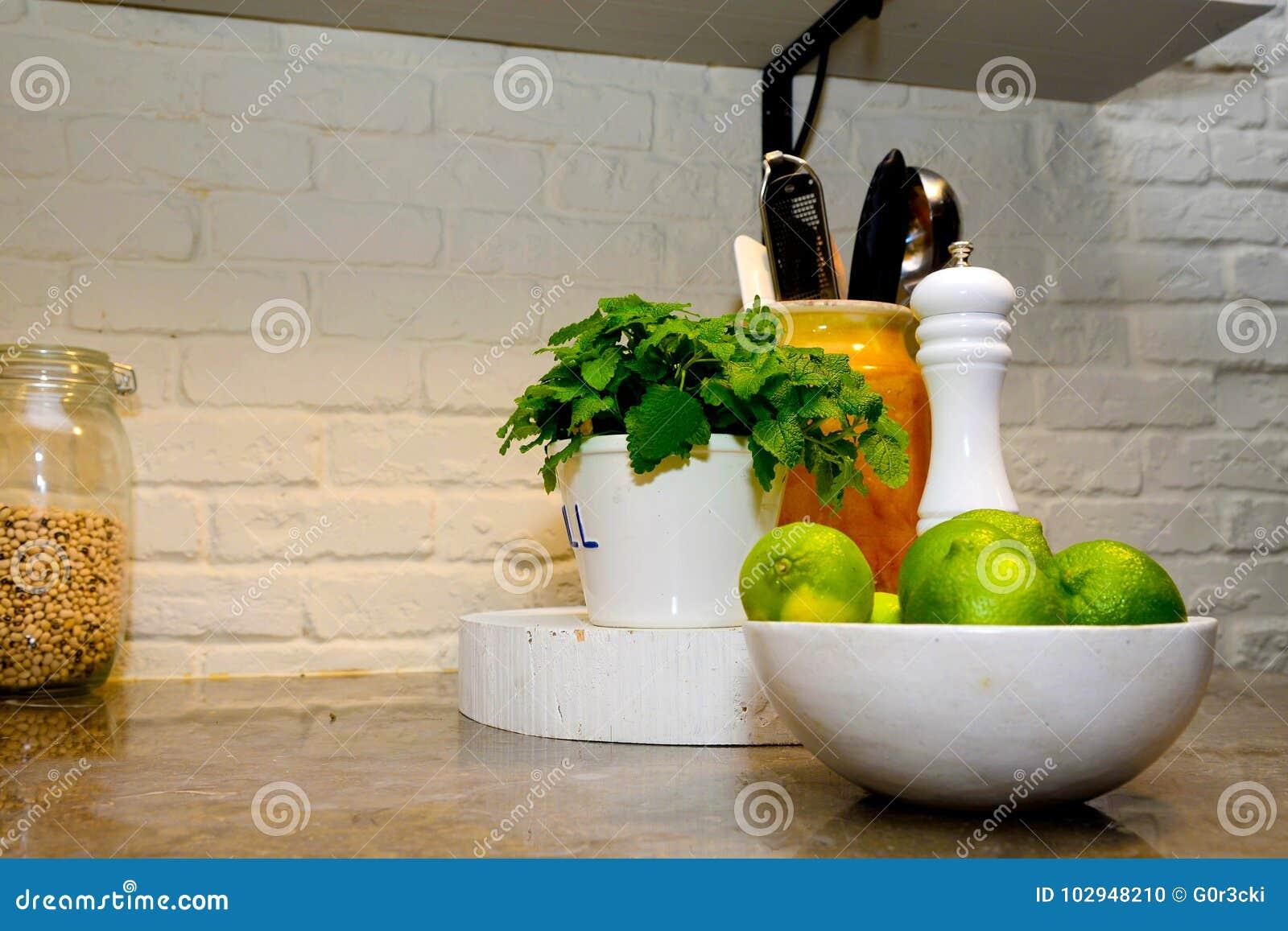 Contatore di pietra con le calce, menta piperita, mulino della cucina di pepe, sano