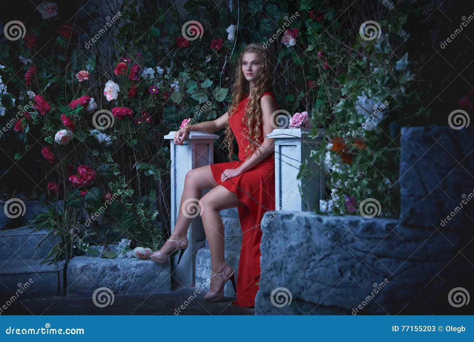 Conte de fées Belle princesse dans la robe rouge se reposant dans un jardin mystique