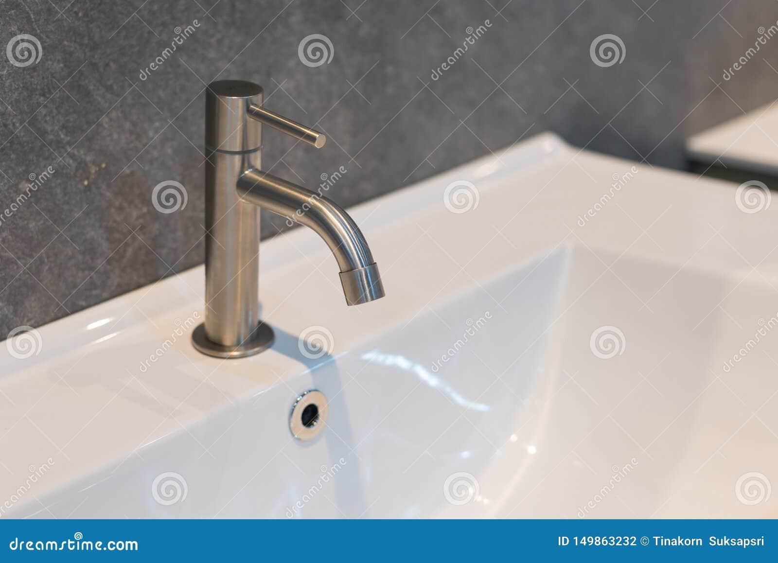 Contemporâneo moderno da decoração interior do banheiro do torneira