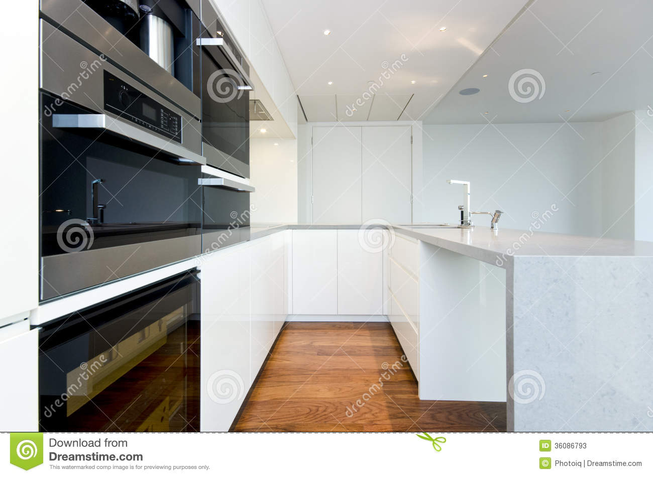 Contemporary Kitchen With Top Spec Appliances Stock Photos