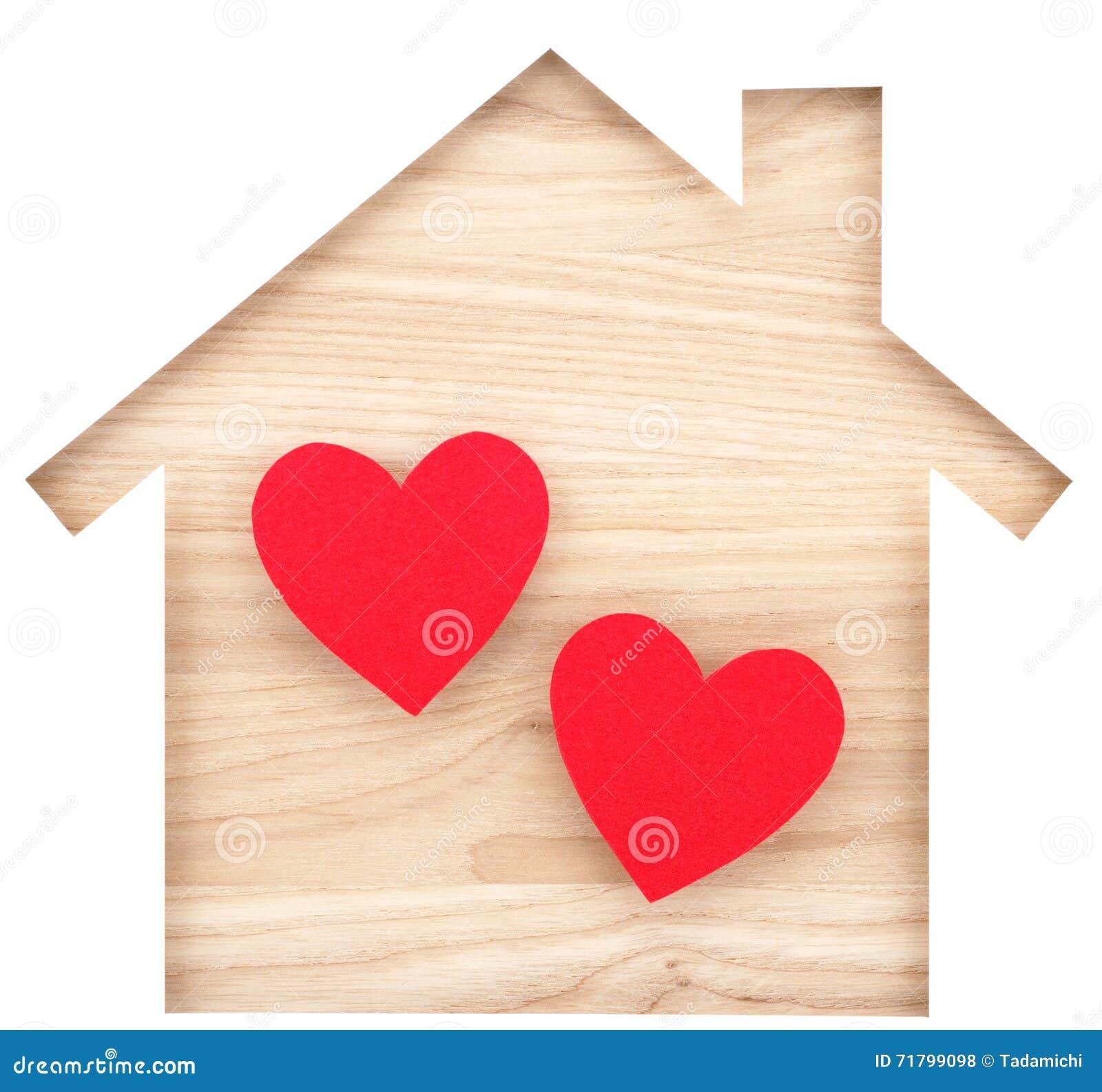 Contenga el recorte de papel formado y dos corazones en la madera de construcción de madera natural