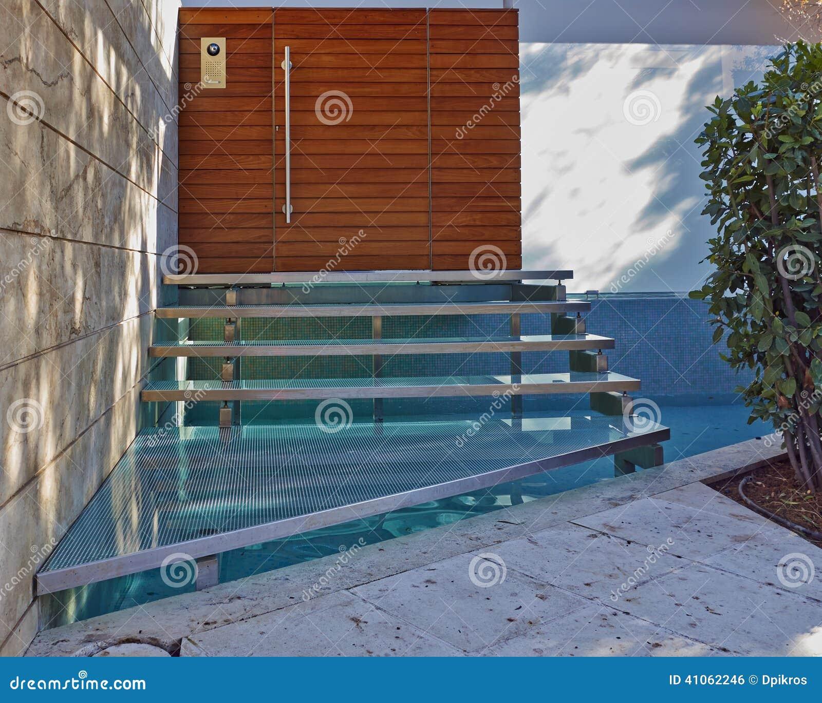 Contenga la entrada con las escaleras sobre una peque a for Banco para entrada de casa