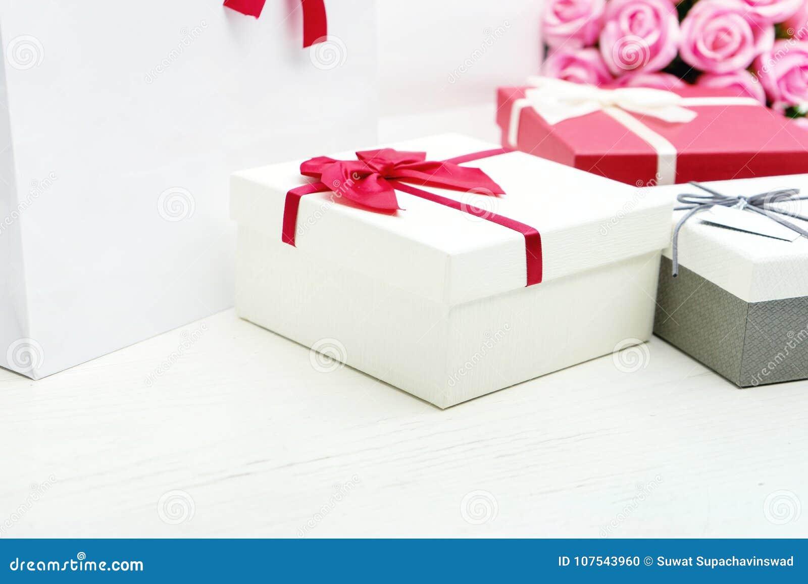 Contenitore di regalo con il fiore della rosa di rosa per il biglietto di S. Valentino dell amante