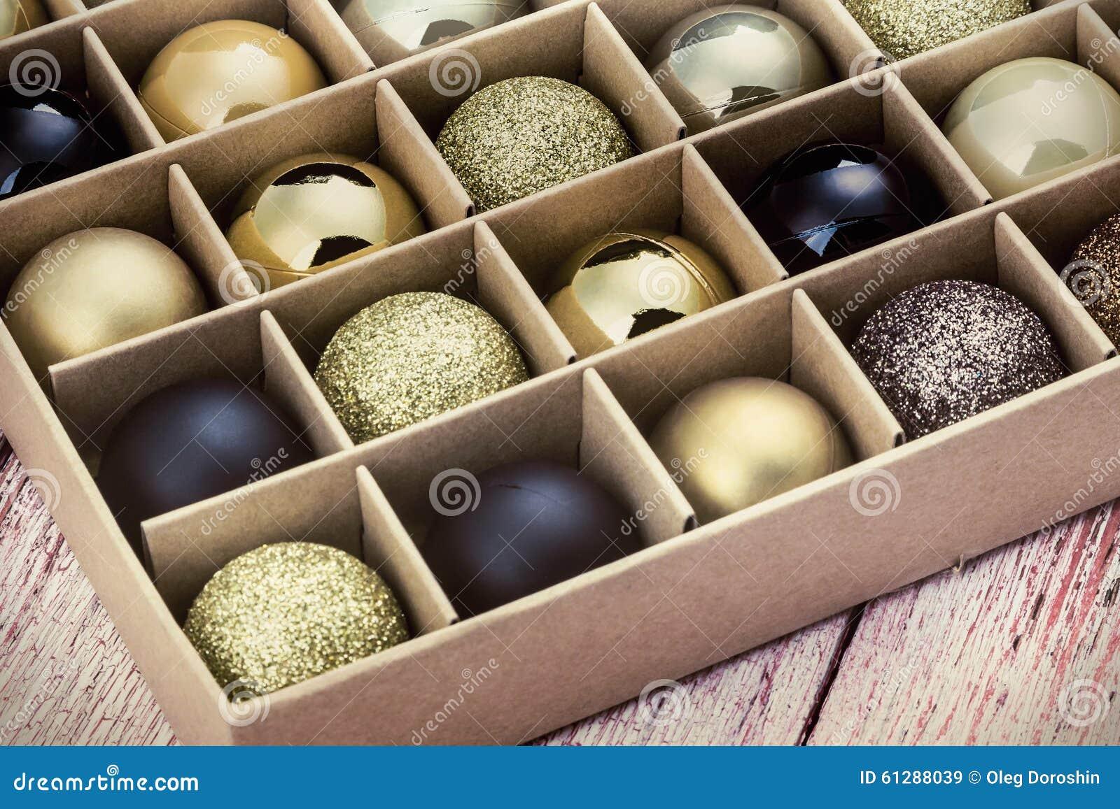 Contenitore di regalo con le palle luminose di natale for Antifurto con le palle