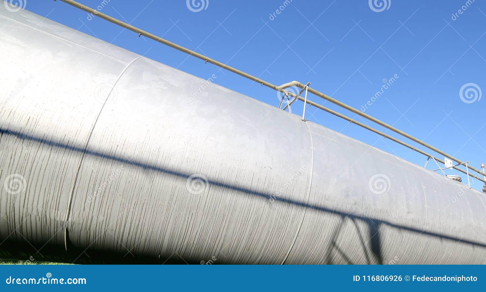 Contenitore a pressione enorme nella raffineria