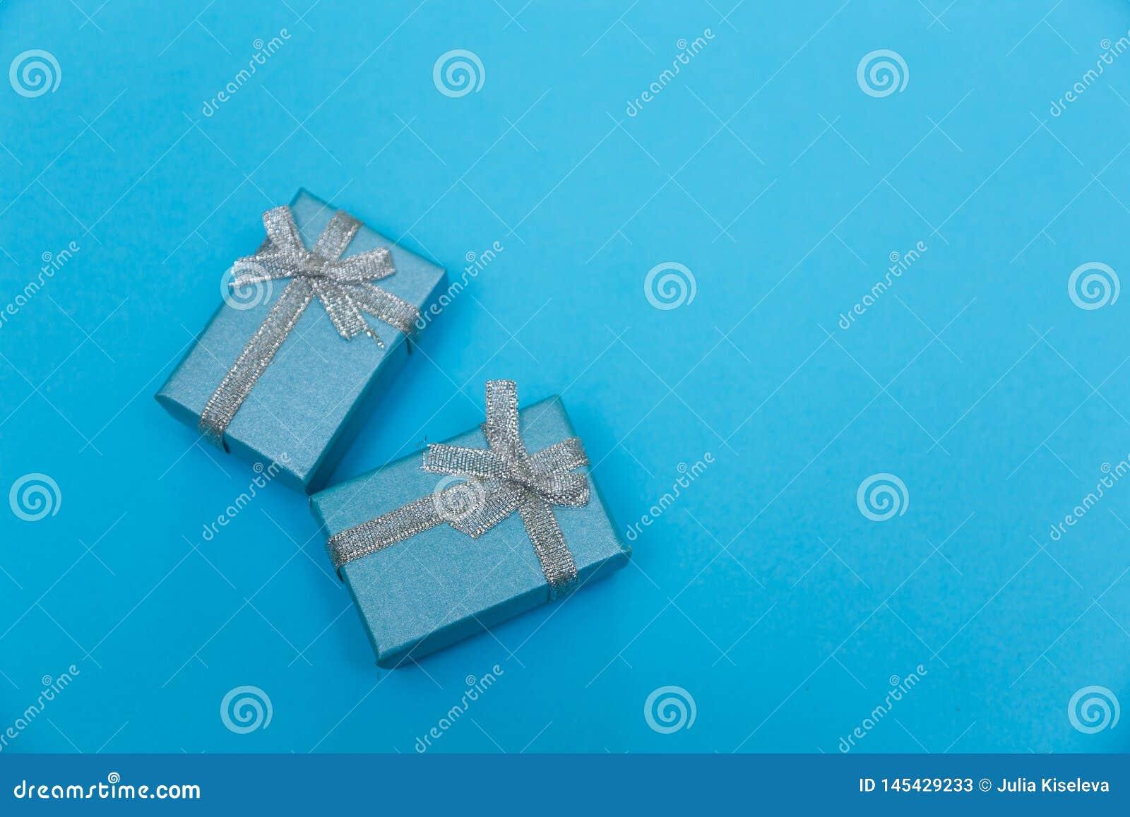 Contenitori di regalo blu con il nastro d argento