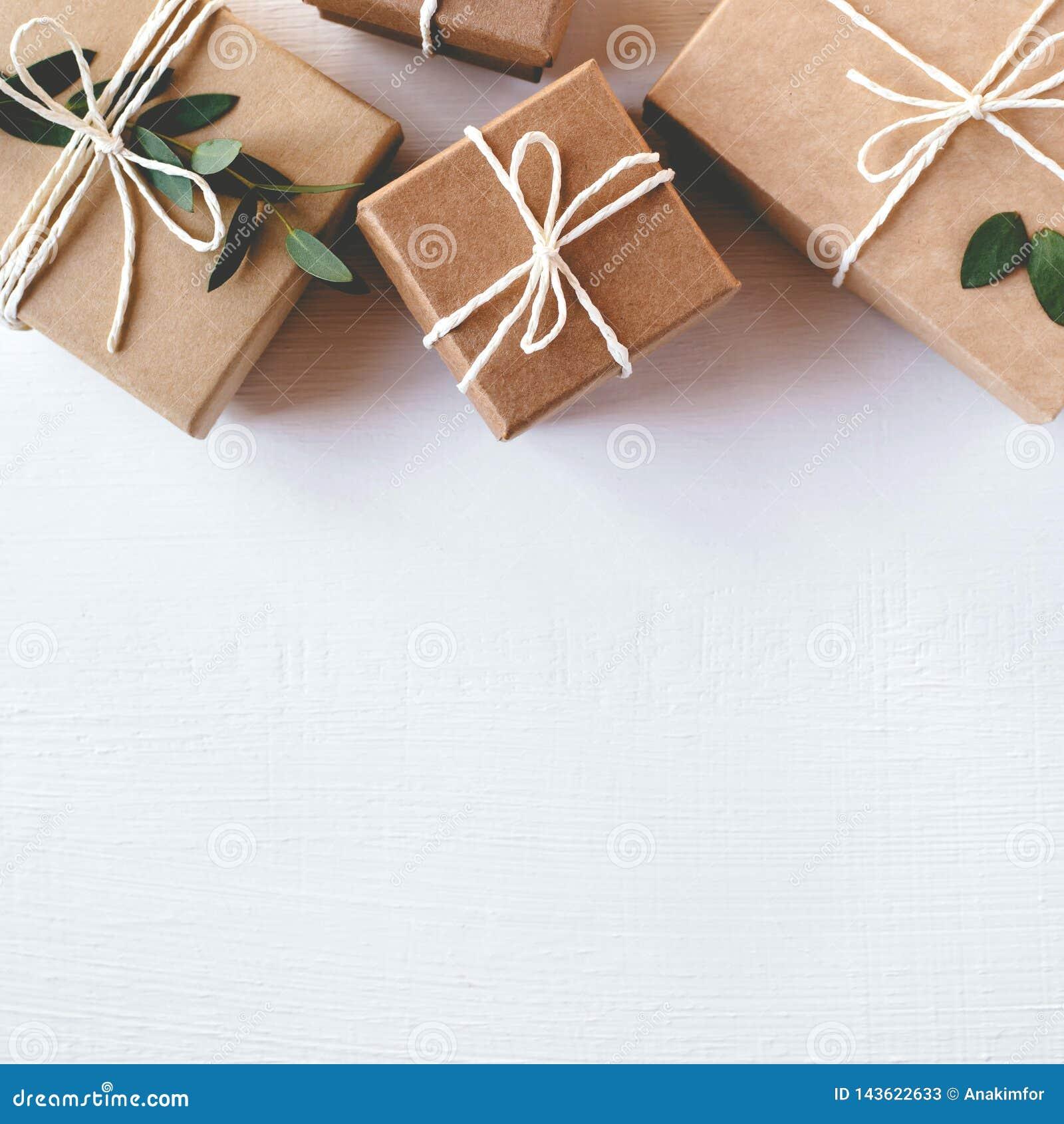 Contenitori di regalo del mestiere su fondo bianco