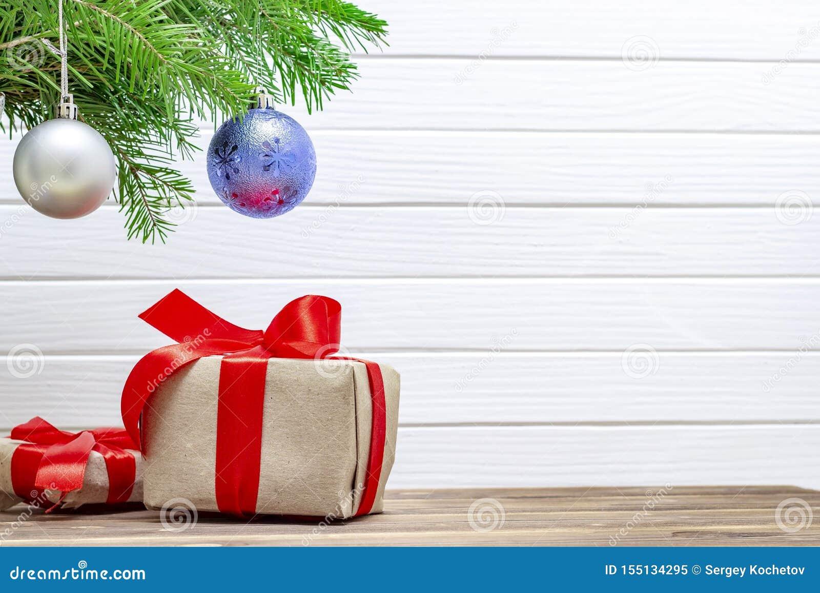 Contenitori di regalo sotto l albero di Natale Priorit? bassa di natale