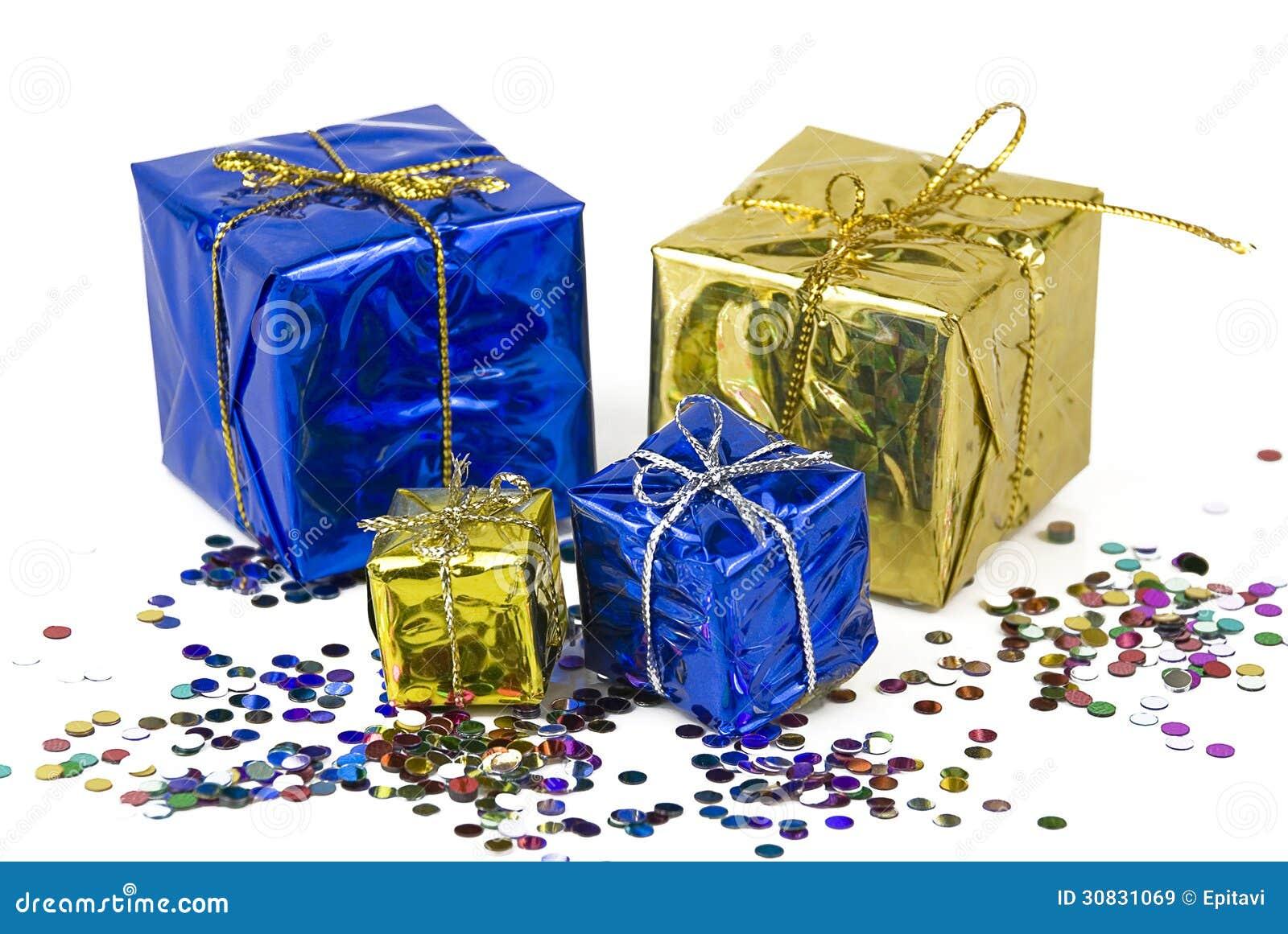 Contenitori di regalo su un fondo dei coriandoli