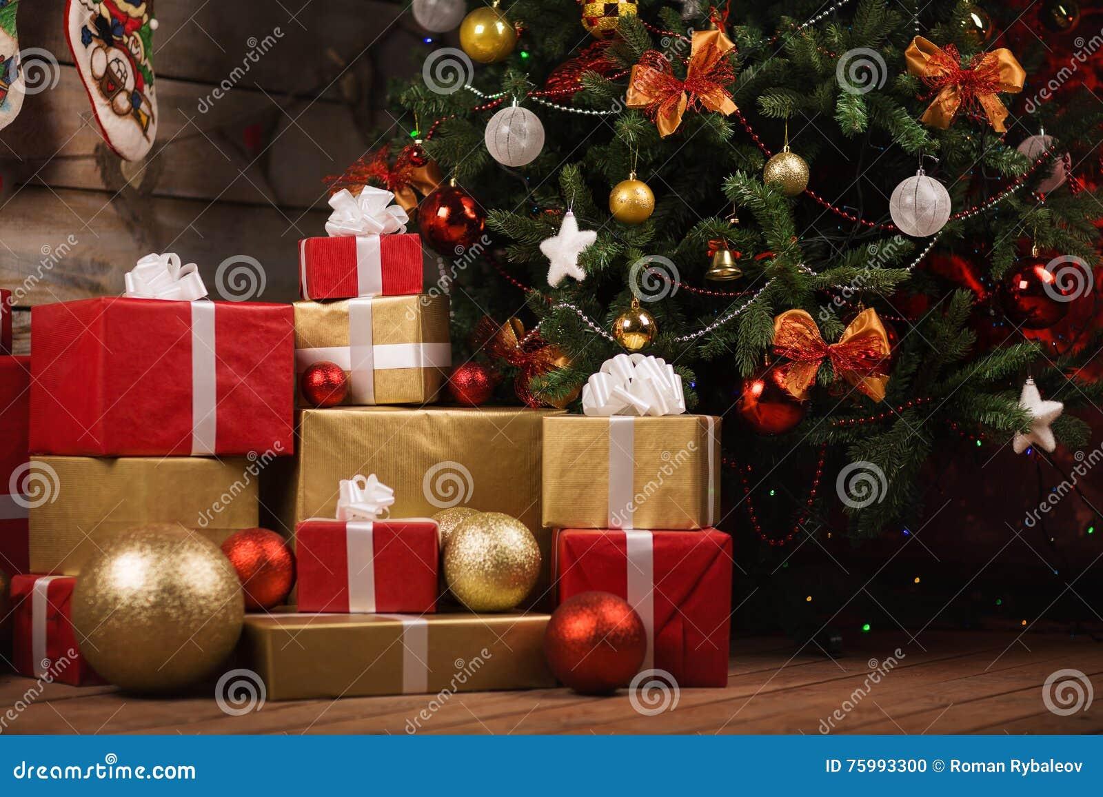 Albero Di Natale Regali.Contenitori E Palle Di Regalo Sotto L Albero Di Natale Fotografia Stock Immagine Di Casella Partito 75993300