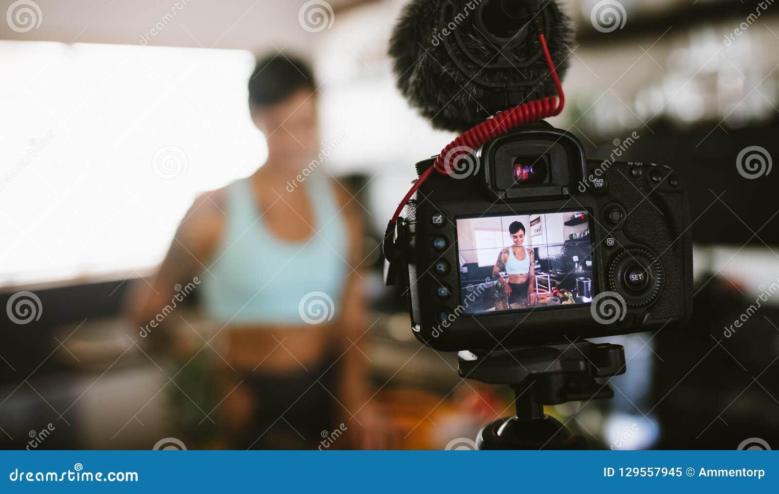 Contenu d enregistrement de femme pour son vlog dans la cuisine