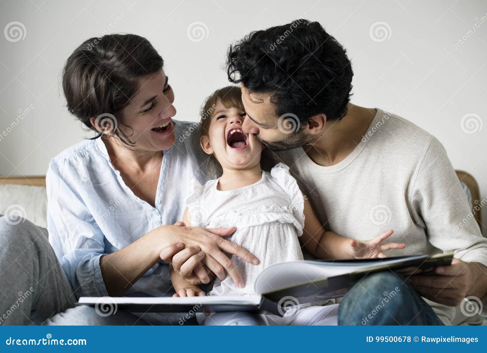 Contes de fées de lecture de famille caucasienne ils fille avec bonheur