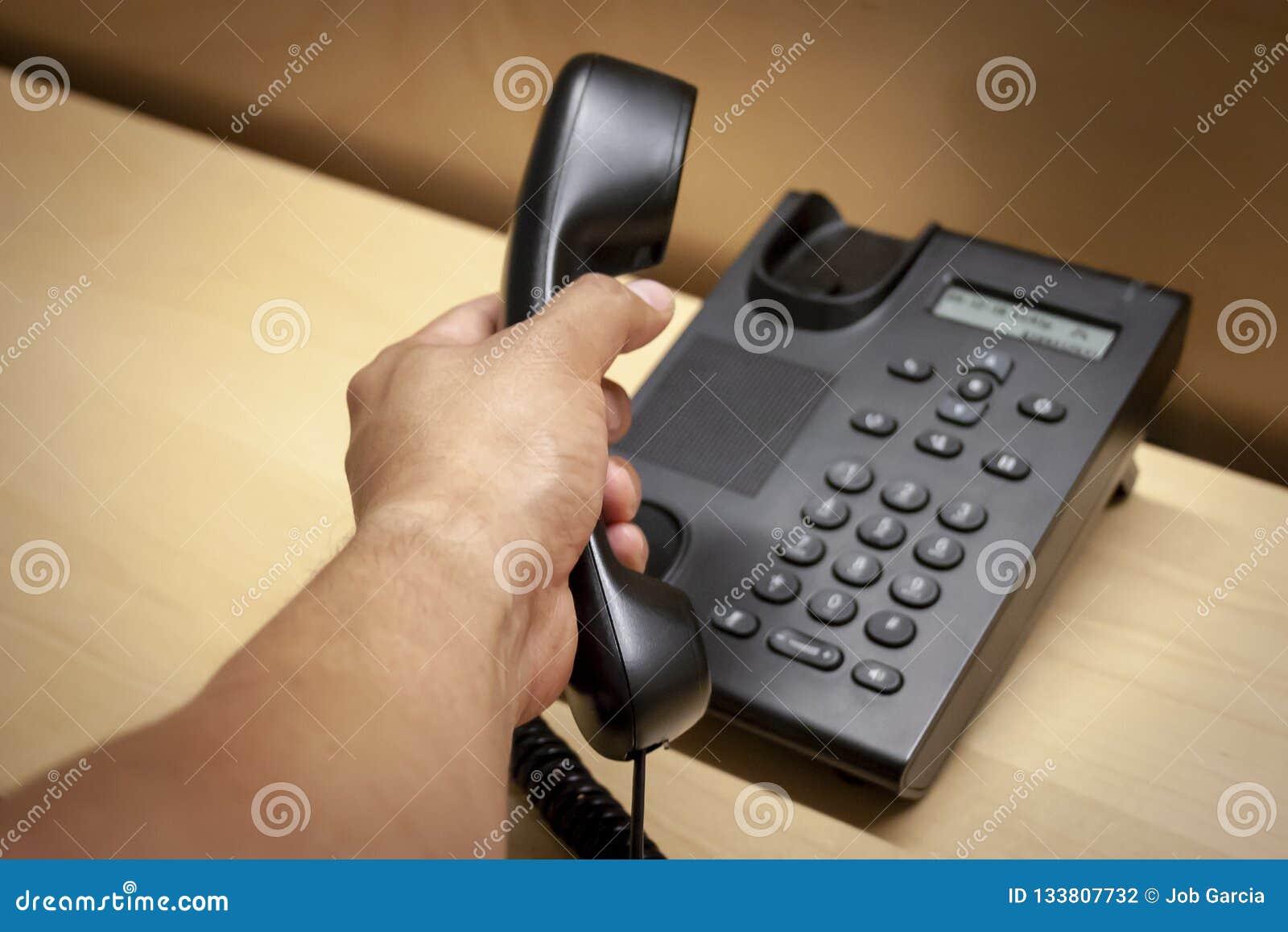 Contestación de una llamada de un teléfono negro