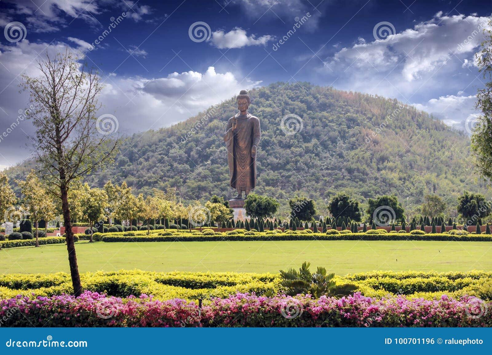 Contesto della montagna di Buddha con il bello cielo