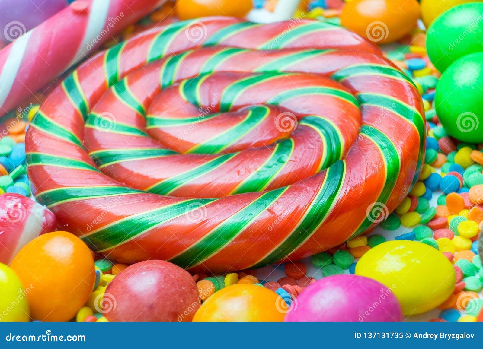 Contexte de différents bonbons et lucettes colorés