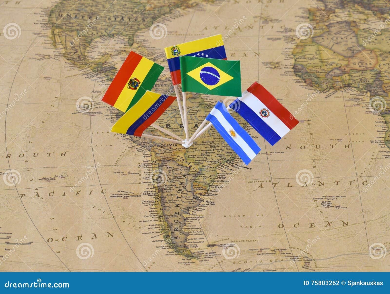 Continent de l Amérique du Sud avec des goupilles de drapeau des États souverains sur la carte