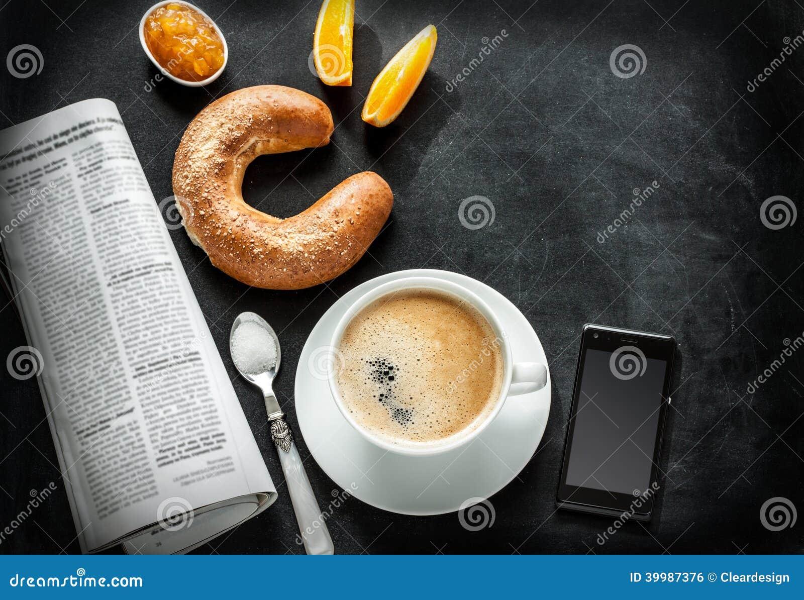 Continentaal ontbijt en mobiele telefoon op zwart bord