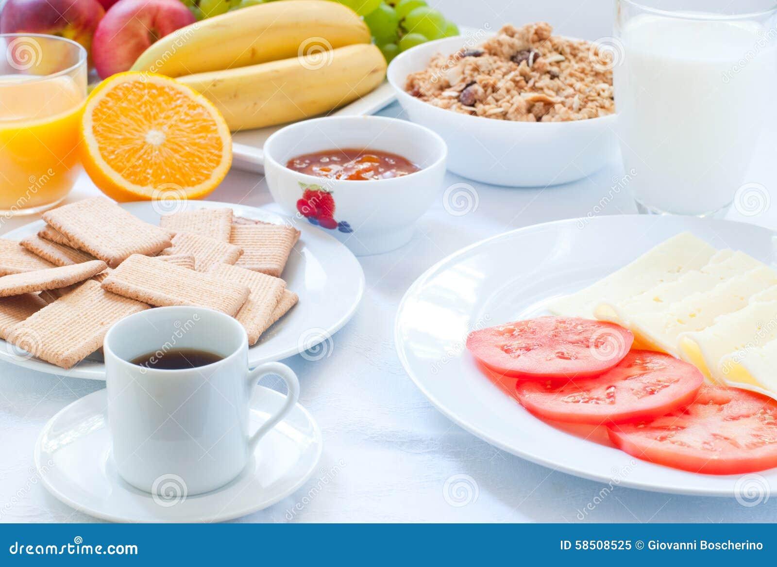 Continentaal ontbijt met fruit, koffie, kaas