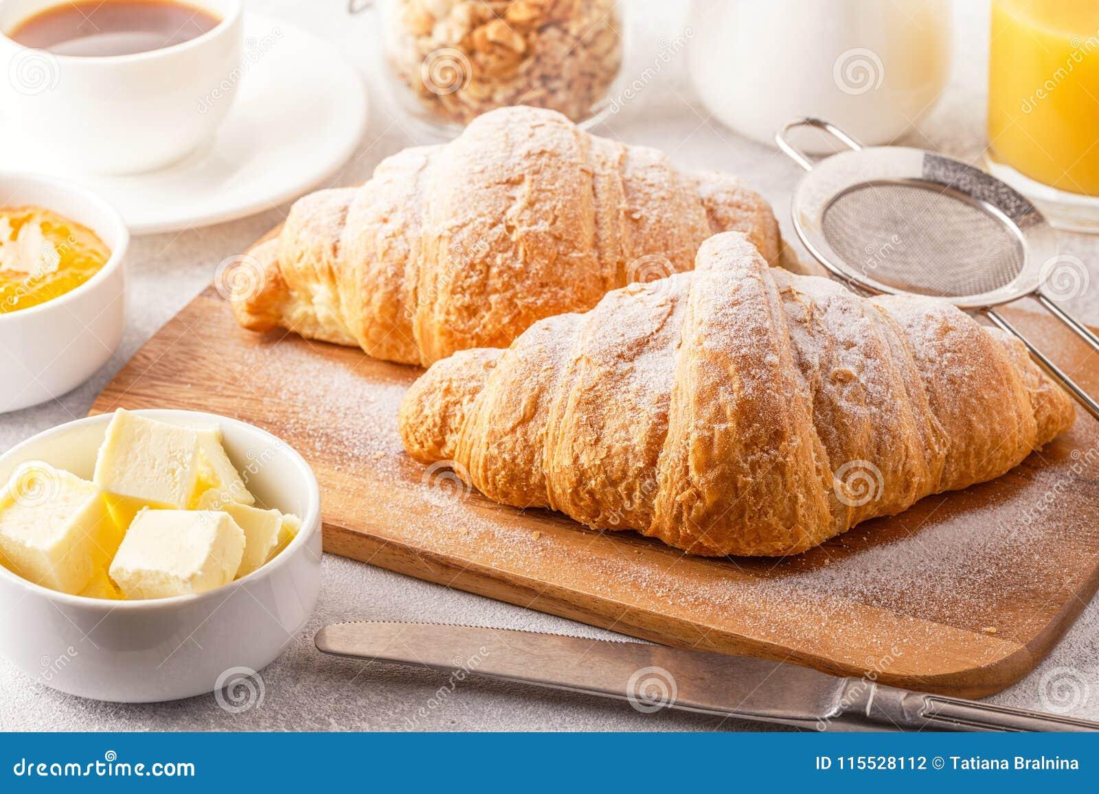 Continentaal ontbijt met verse croissants, jus d orange en mede