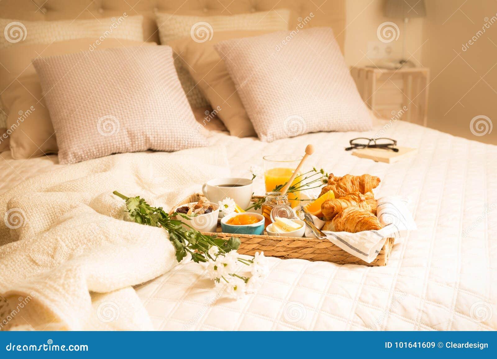 Continentaal ontbijt op bed in elegant slaapkamerbinnenland