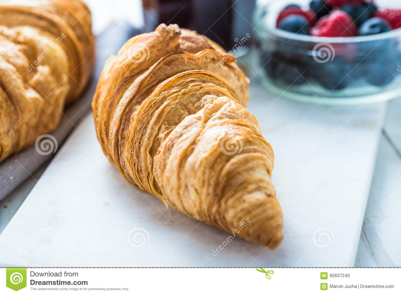 Continentaal ontbijt, vers croissant