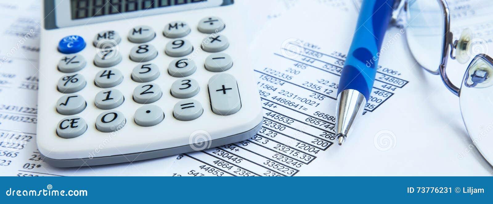 Conto finanziario con i rapporti di carta ed il calcolatore