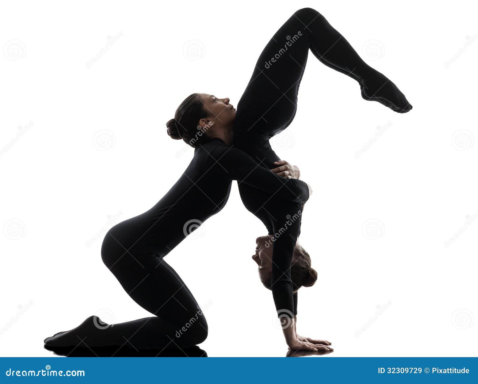 Contorsionist 2 женщин работая гимнастический силуэт йоги