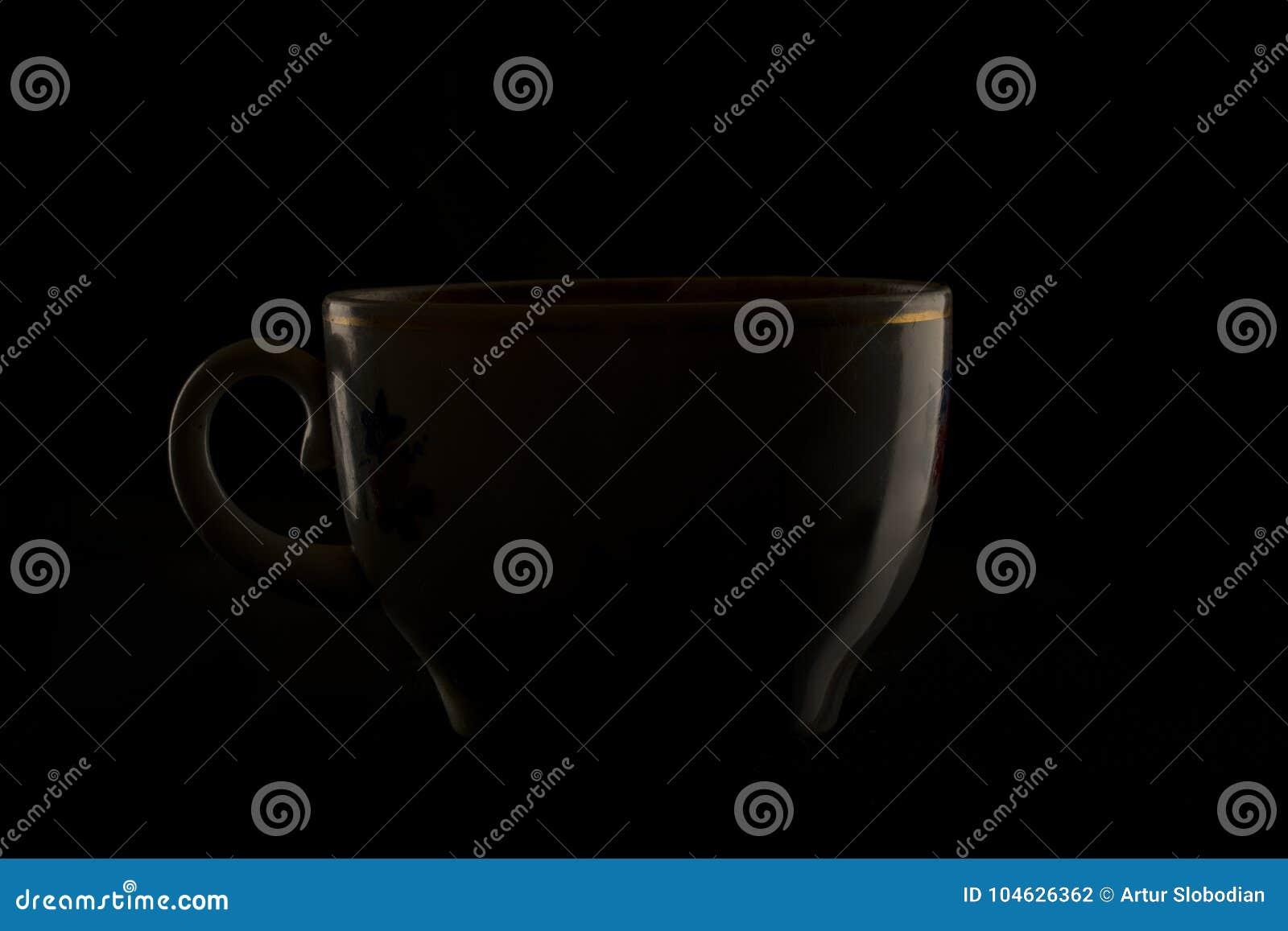 Download Contourbezinning Van Een Kop Op Een Zwarte Achtergrond Stock Foto - Afbeelding bestaande uit ceramisch, up: 104626362