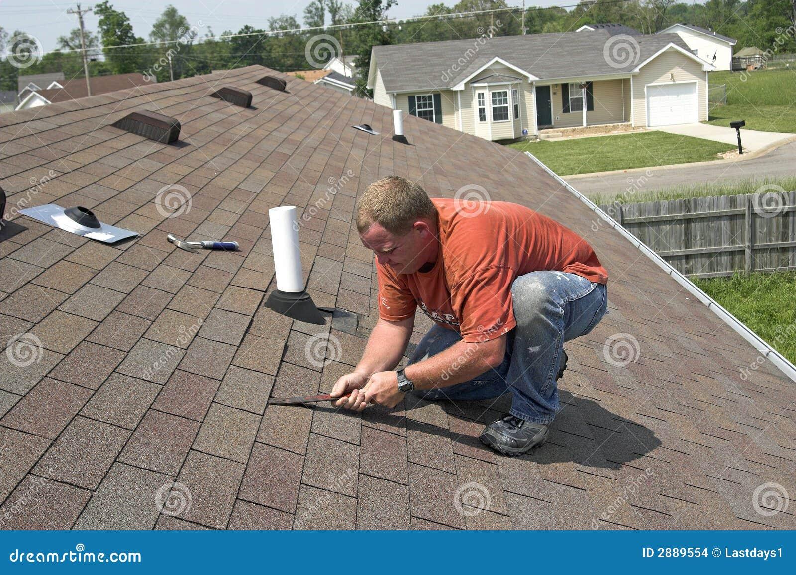 Contractant die dak herstelt
