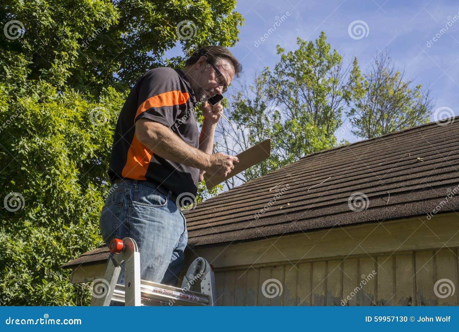 Contractant op Ladder die Hagelschade Reairs aan Dak voorstellen