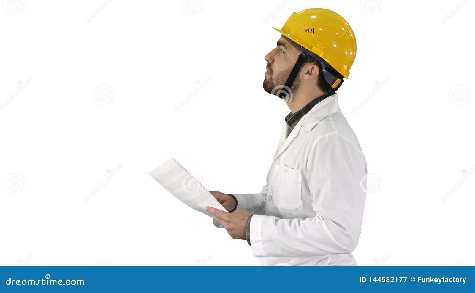 Contractantingenieur die met documenten lopen en arround op witte achtergrond controleren