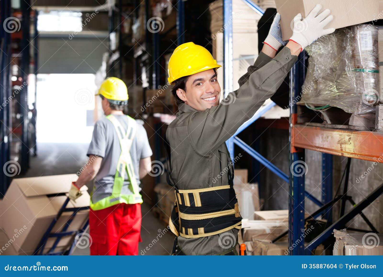 Contramestre With Coworker Working no armazém