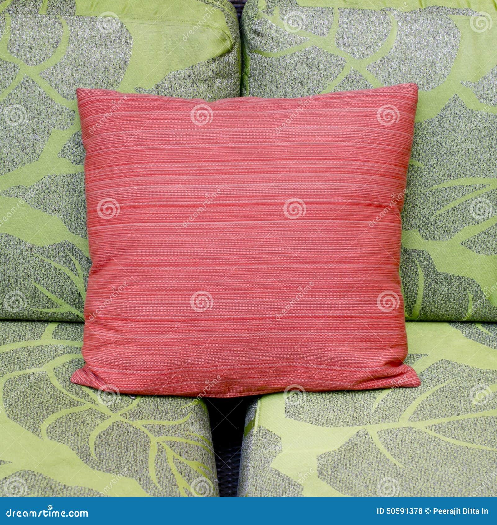 Contrastkleuren van een moderne woonkamer met groene bank en rood ...